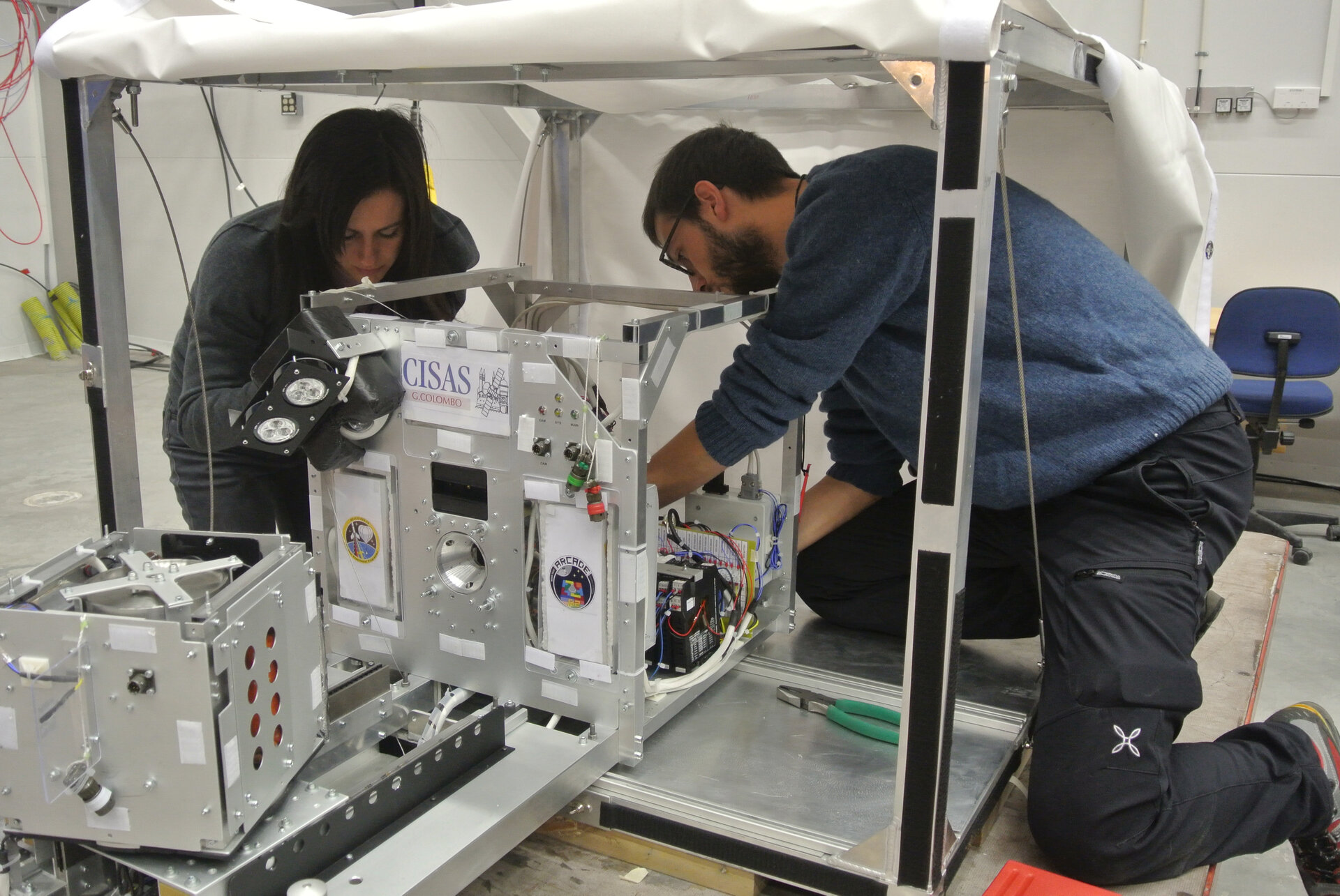 ARCADE-R2 students integrating their experiment in BEXUS 17 gondola