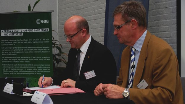 Philippe Courard signing a contract with VITO for Proba-V data