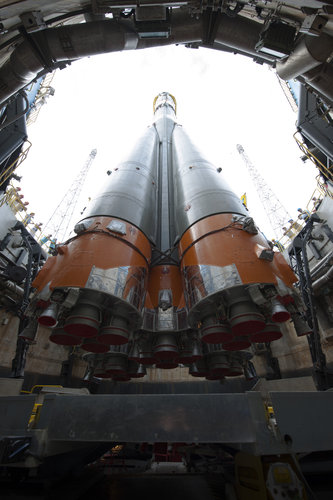 Soyuz VS07 raised into vertical position