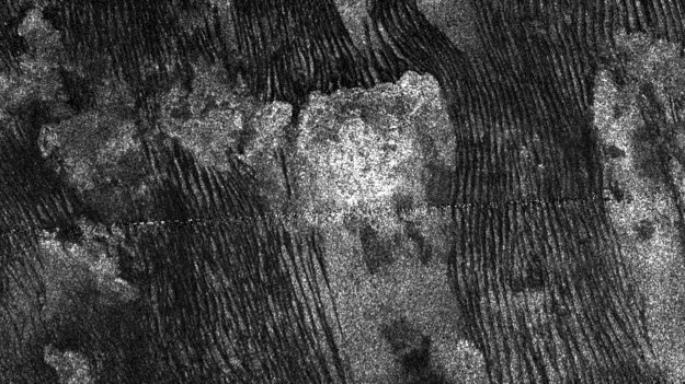 Cassini captures familiar forms on Titan's dunes
