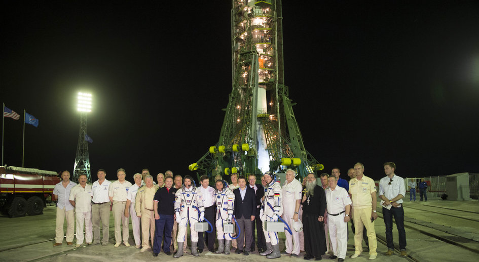 Expedition 40/41 crew members and dignitaries at the launch pad