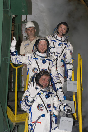 Expedition 40/41 crew members greeting audience at the launch pad