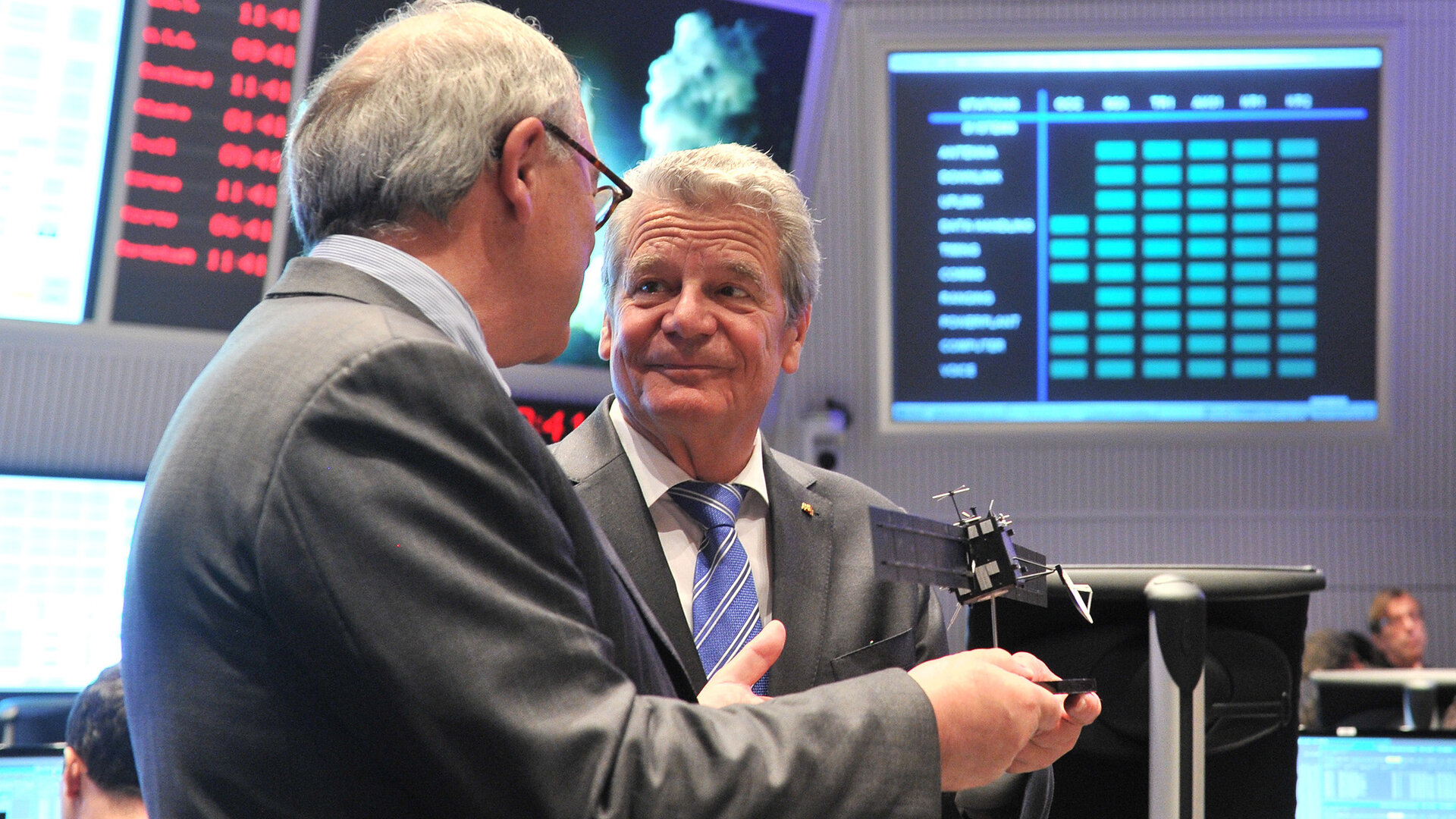 ESA Director General Dordain briefs President Gauck on Rosetta