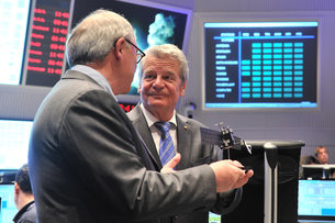 ESA Director General Dordain briefs President Gauck on Rosetta at ESOC on 26 May 2014