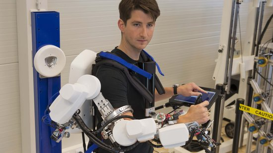 tedx wie steuert man einen roboter mit einem exoskelett. Black Bedroom Furniture Sets. Home Design Ideas