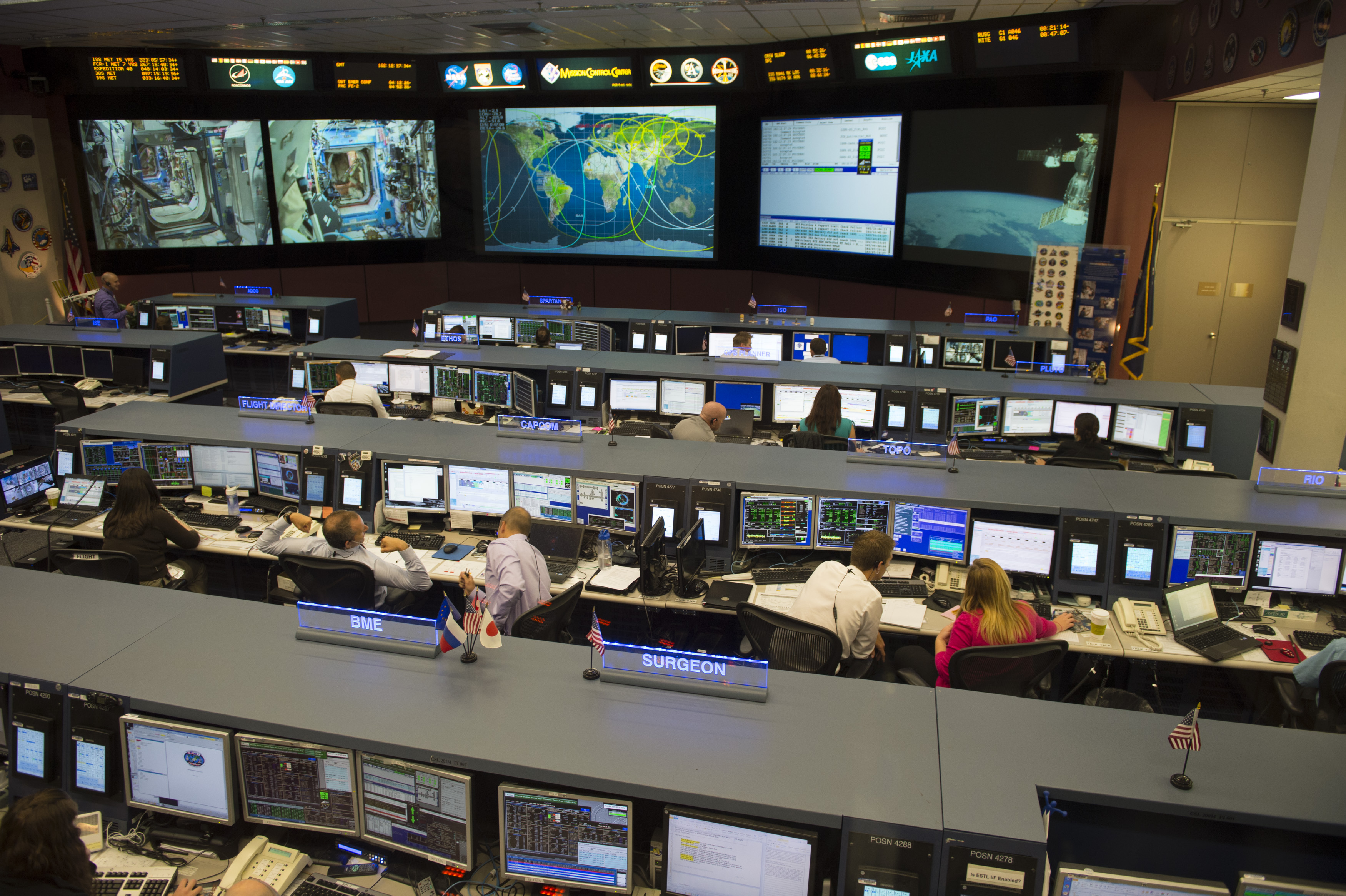 Space in Images - 2014 - 07 - Flight control room at JSC