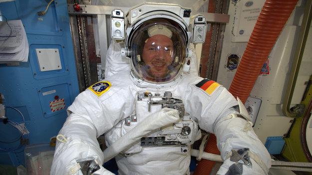 Expédition 41 Alexander_testing_spacesuit_large