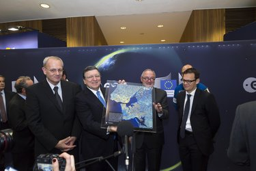 José Manuel Barroso holding a framed map of the Lisbon area