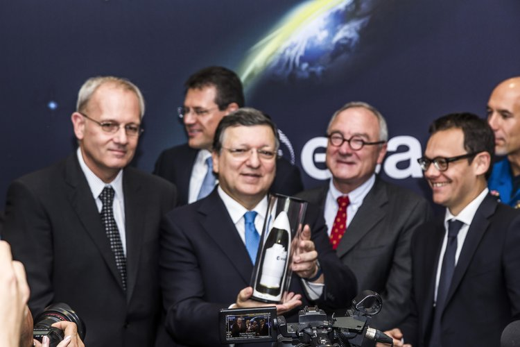 José Manuel Barroso receiving a present from Stéphane Israël