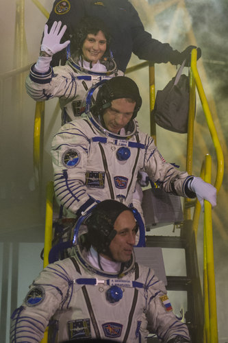 Expedition 42/43 crew members greeting audience at the launch pad