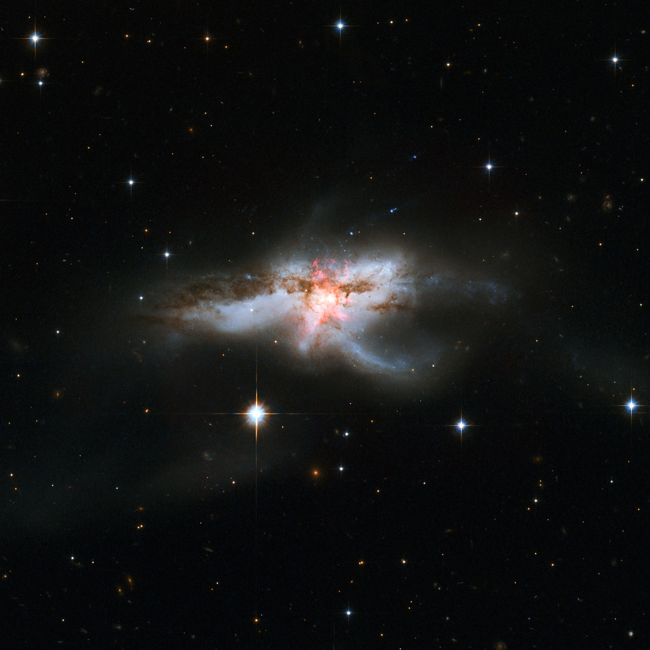 Space in Images - 2015 - 05 - Hubble revisits tangled NGC 6240