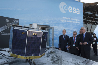 Eric Morel de Westgaver presents to Michel Barnier the ESA pavilion