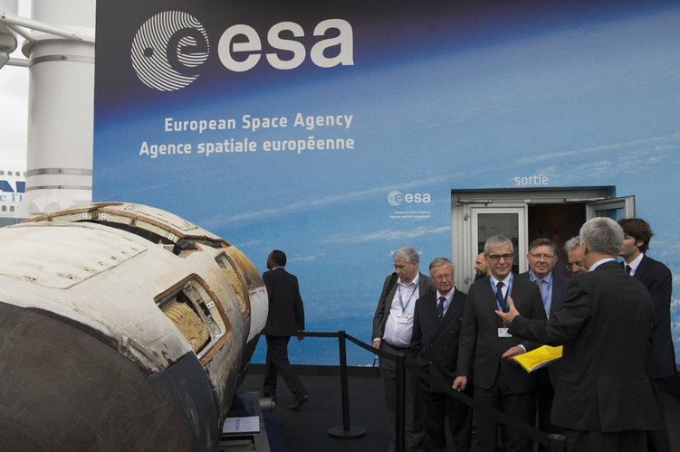 Franco Bonacina presents presents to Herve Maurey the ESA pavilion
