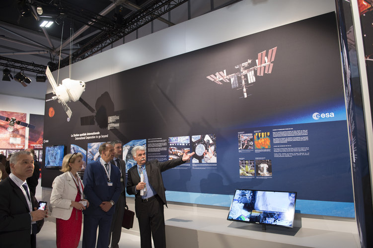 Franco Bonacina presents to Ambassador Gabriele Checchia the ESA pavilion