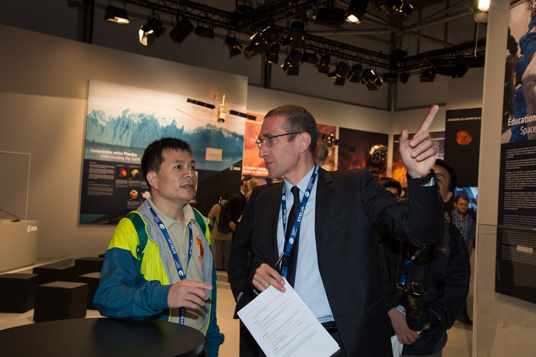 Frederic Nordlund presents to Yang Dongkai the ESA pavilion
