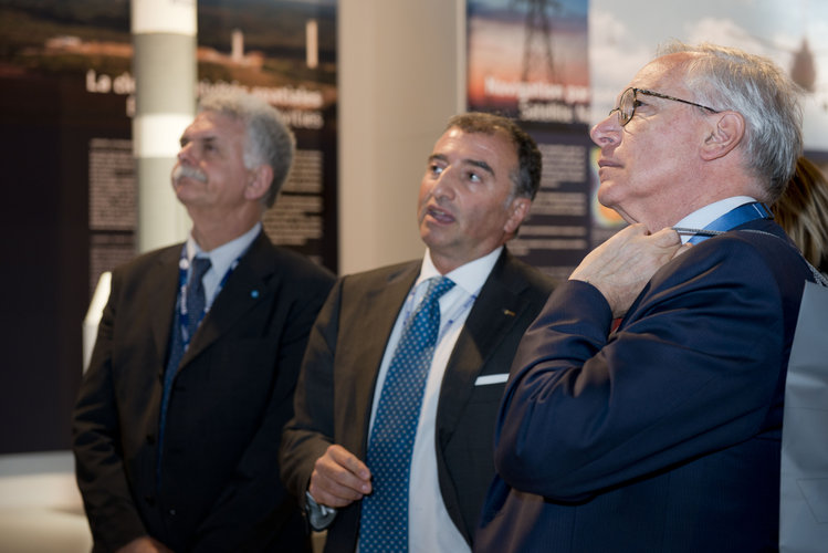 Giuseppe Morsillo presents to Guglielmo Epifani the ESA pavilion