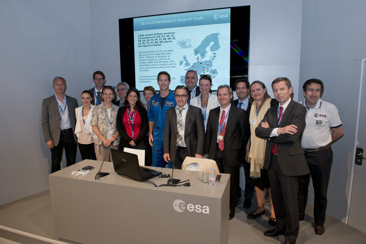 IHEDN group visits the ESA Pavilion