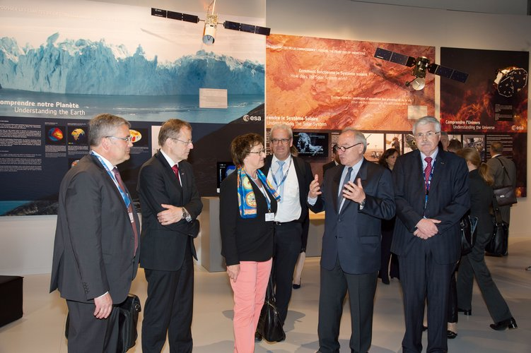 Jean-Jacques Dordain presents to Brigitte Zypries the ESA pavilion