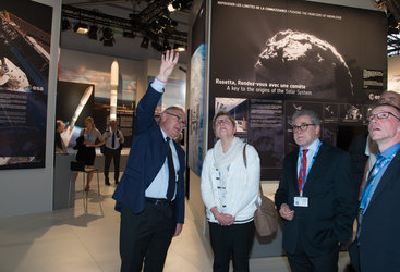 Jean-Jacques Dordain presents to Elke Sleurs the ESA pavilion