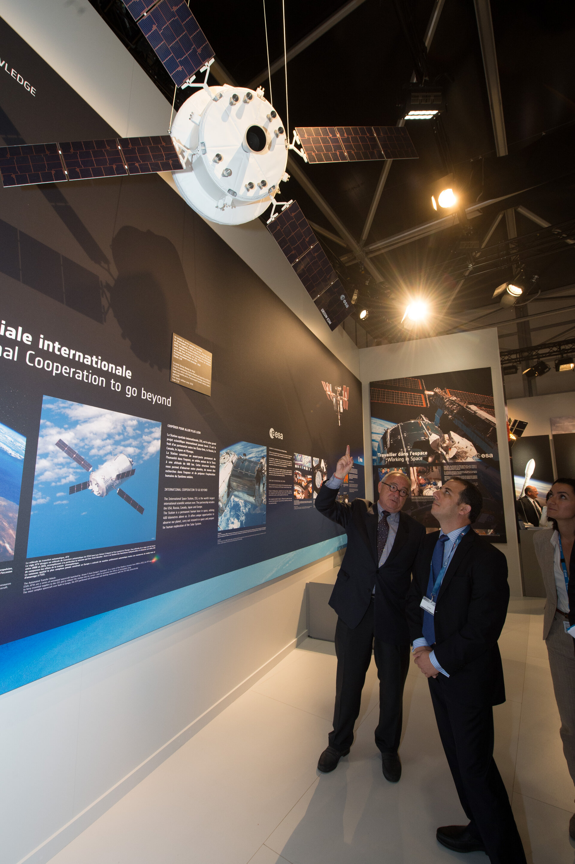 Jean-Jacques Dordain presents to Marios Demetriades the ESA Pavilion