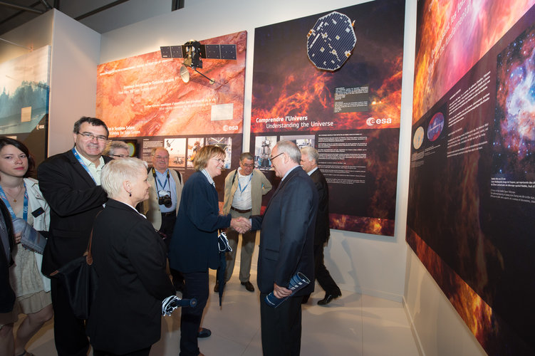 Jean-Jacques Dordain welcomes Marie-George Buffet to the ESA pavilion