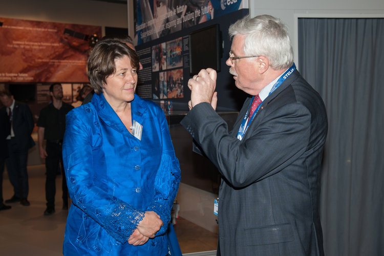 Karlheinz Kreuzberg presents to Violeta Bulc the ESA pavilion