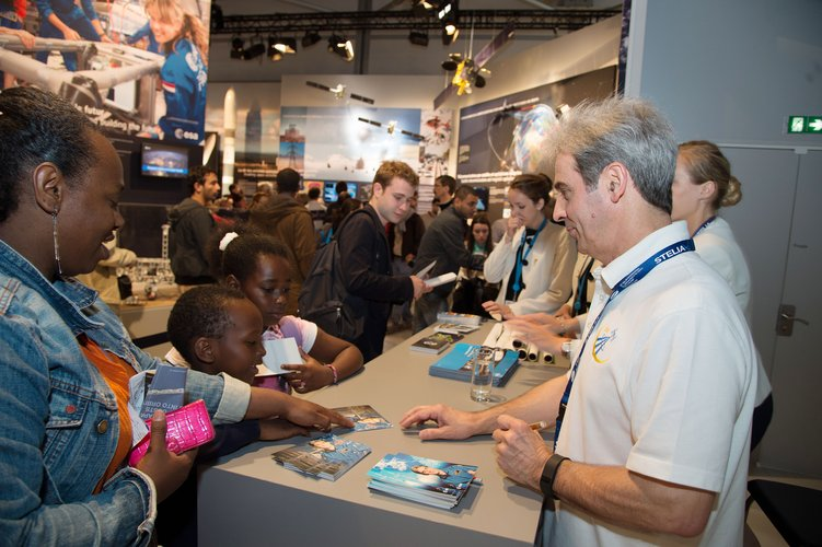 Léopold Eyharts meets the public at the ESA pavilion
