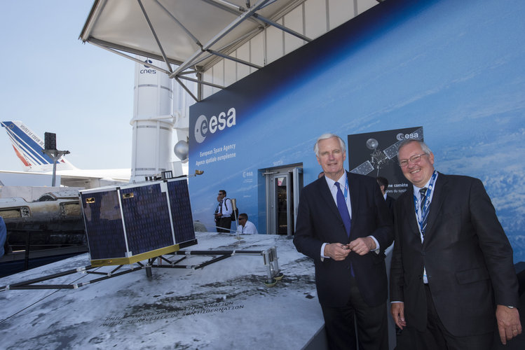 Michel Praet and Michel Barnier at the ESA pavilion