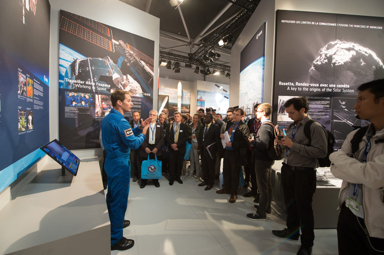 Thomas Pesquet presents ESA pavilion to Superaero and Ensica students