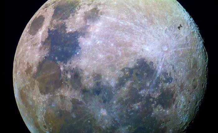 ISS passerer foran Månen