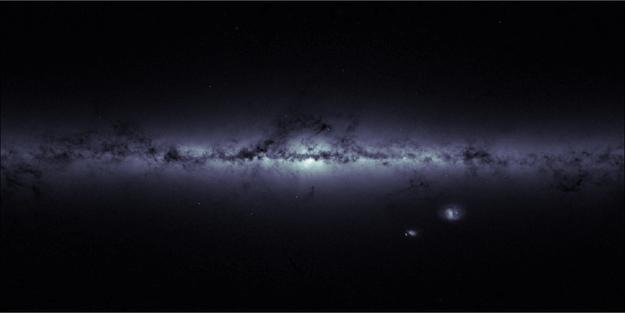 La imagen muestra la silueta de nuestra galaxia, la Vía Láctea,  y de las vecinas Nubes de Magallanes.