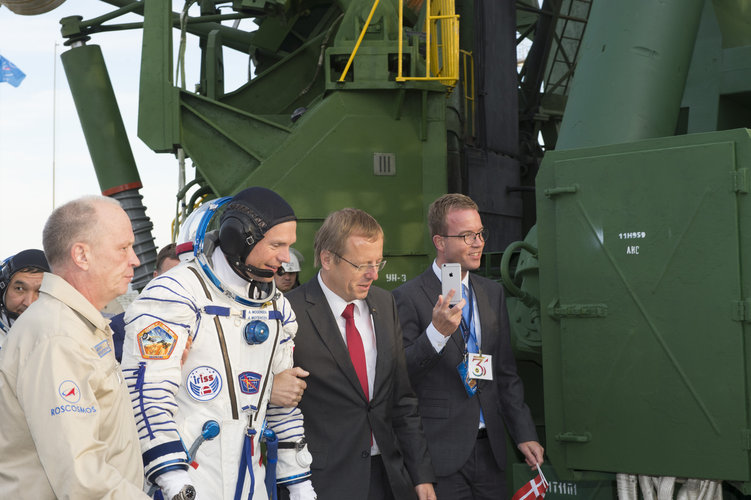 Andreas Mogensen and Jan Wörner walking to the launch pad