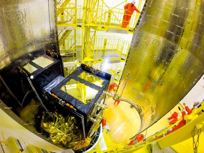 Satelliitit asennettavana raketin nokkaan