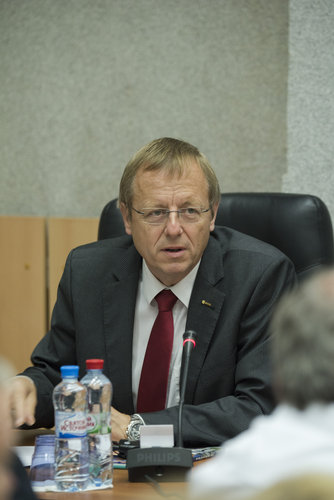 Jan Wörner during the State Commission meeting to approve the Soyuz launch