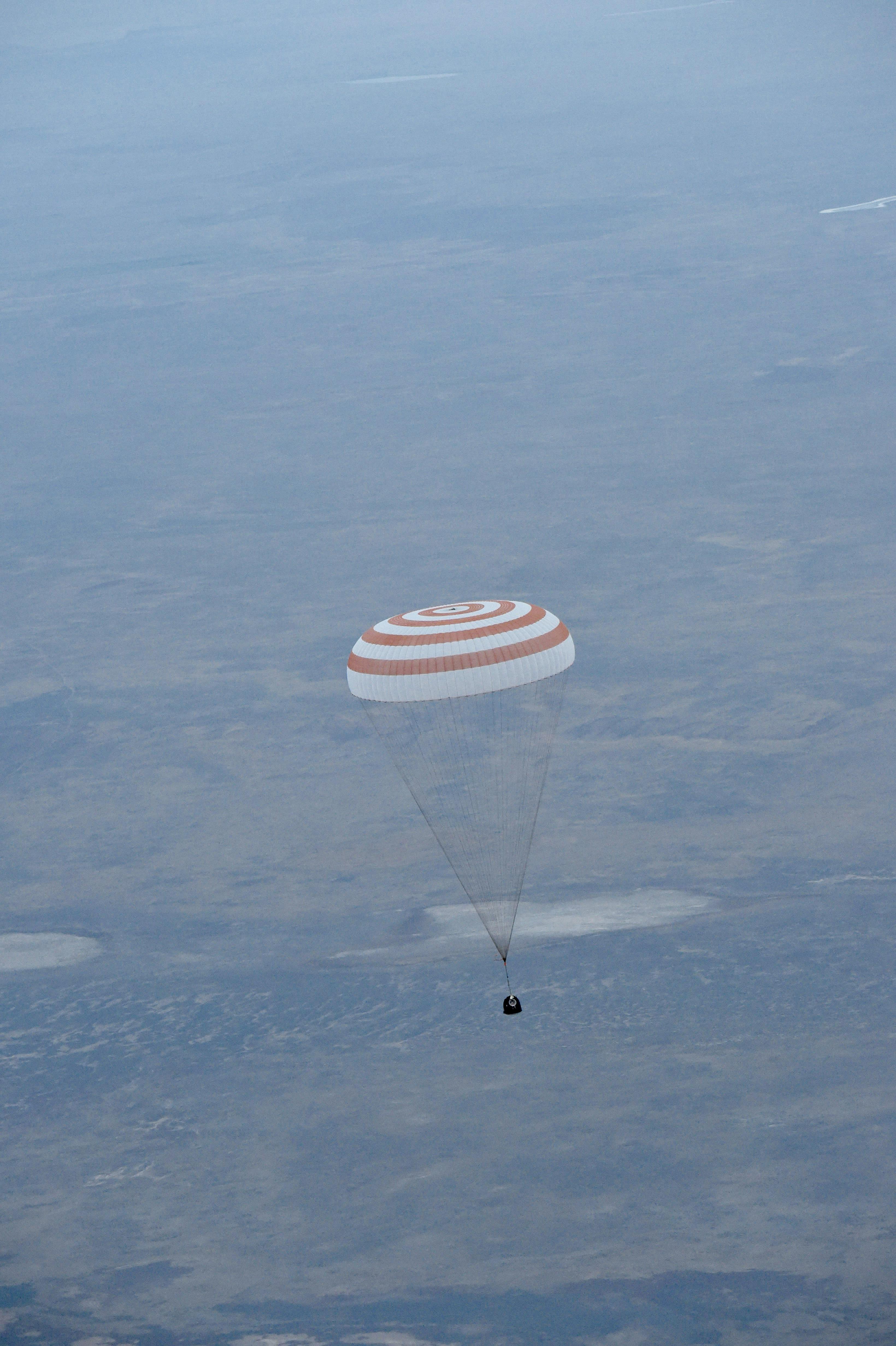 Space in Images - 2015 - 09 - Soyuz TMA-16M capsule landing