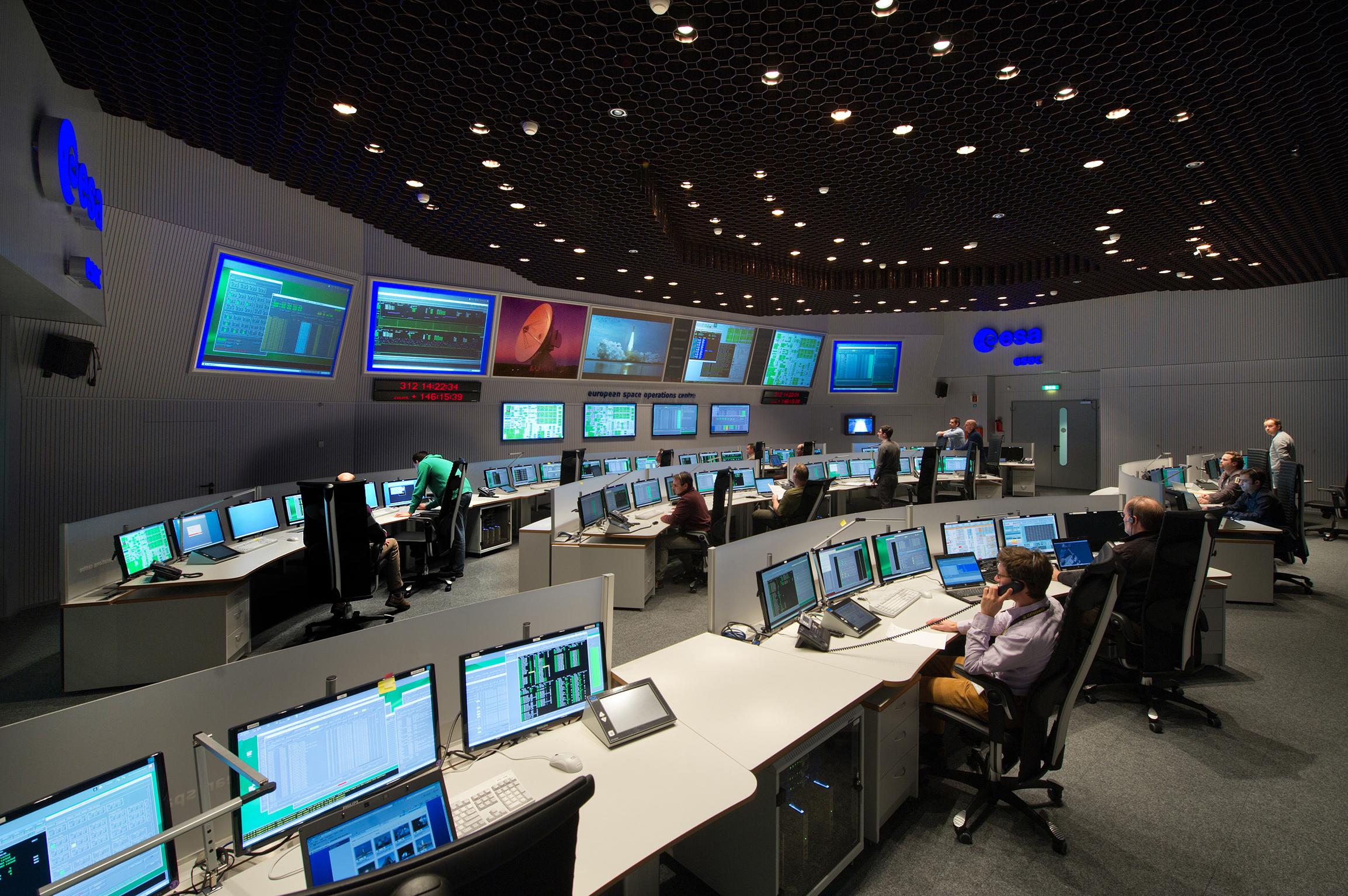 Space in images 2016 01 under control for Futuristic control room