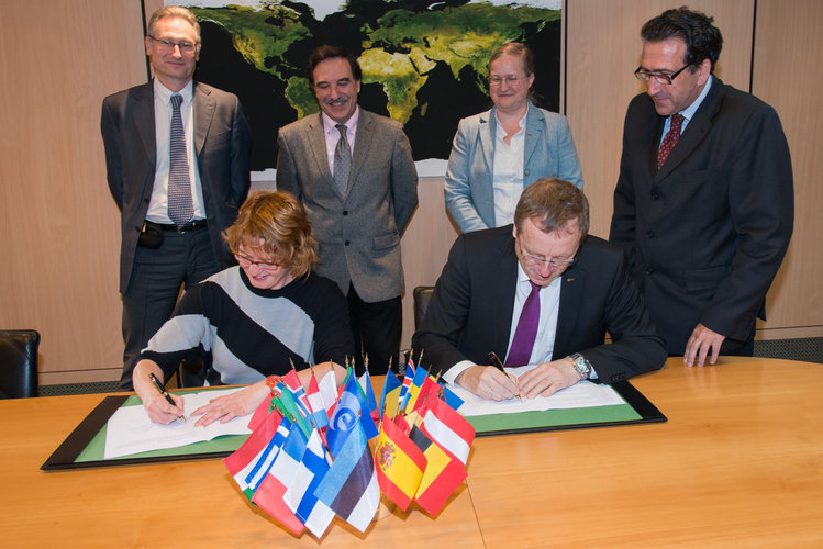 ESA and European Polar Board sign MoU