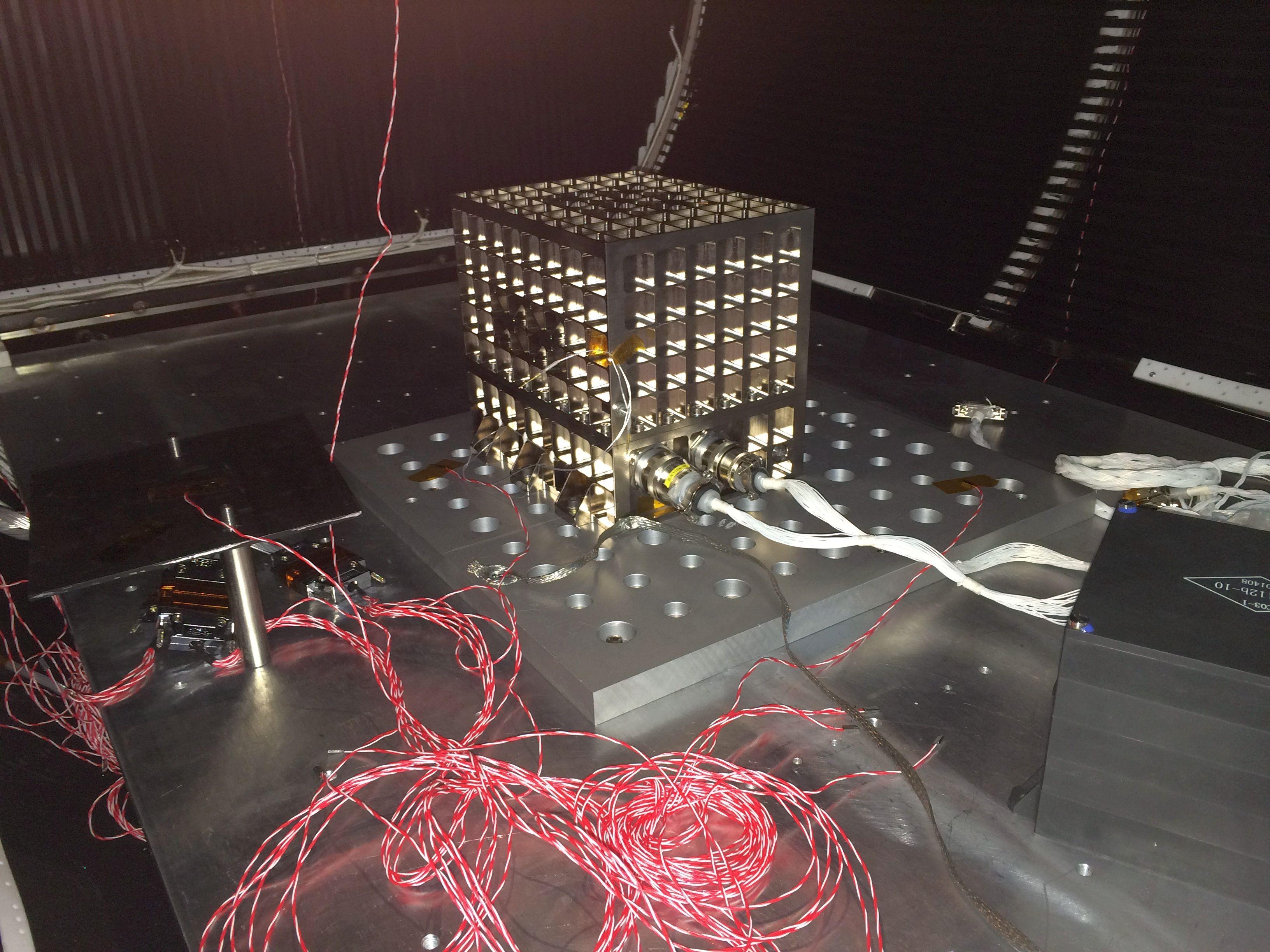 Lancement CZ-2D / SJ-10 à JSLC - le 6 Avril 2016 - [Succès] Crude_oil_experiment_thermal-vacuum_testing