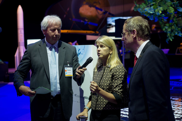 Dava Newman and Jan Wörner at the 'Space for Earth' pavilion at ILA