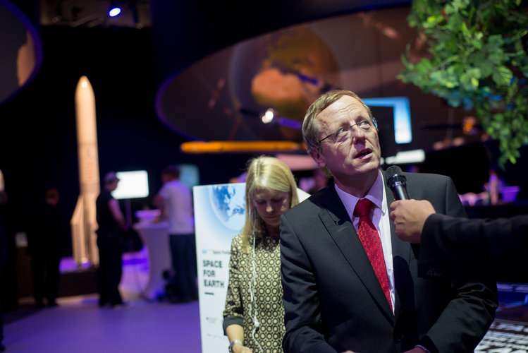 Jan Wörner at the 'Space for Earth' pavilion at ILA