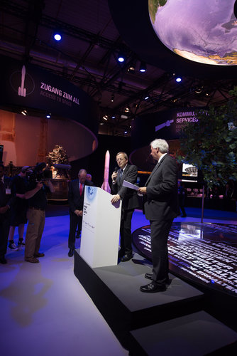 Jan Wörner welcomes Ambassadors at the 'Space for Earth' pavilion at ILA