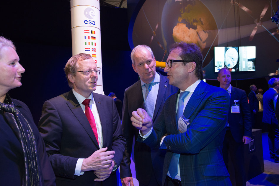 Minister Alexander Dobrindt visits the 'Space for Earth' pavilion