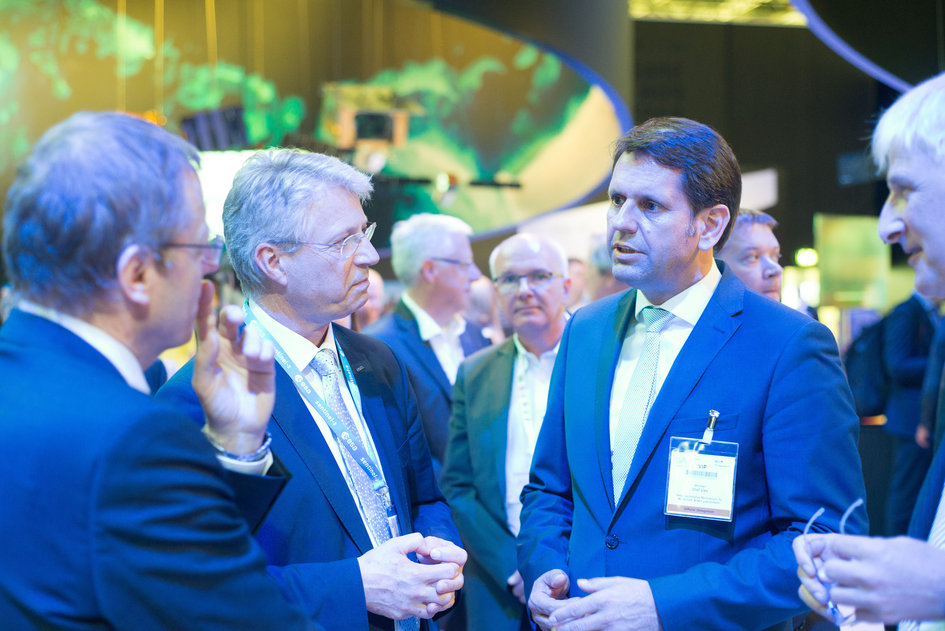 Minister Olef Lies visits with Jan Wörner and Thomas Reiter the 'Space for Earth' pavilion