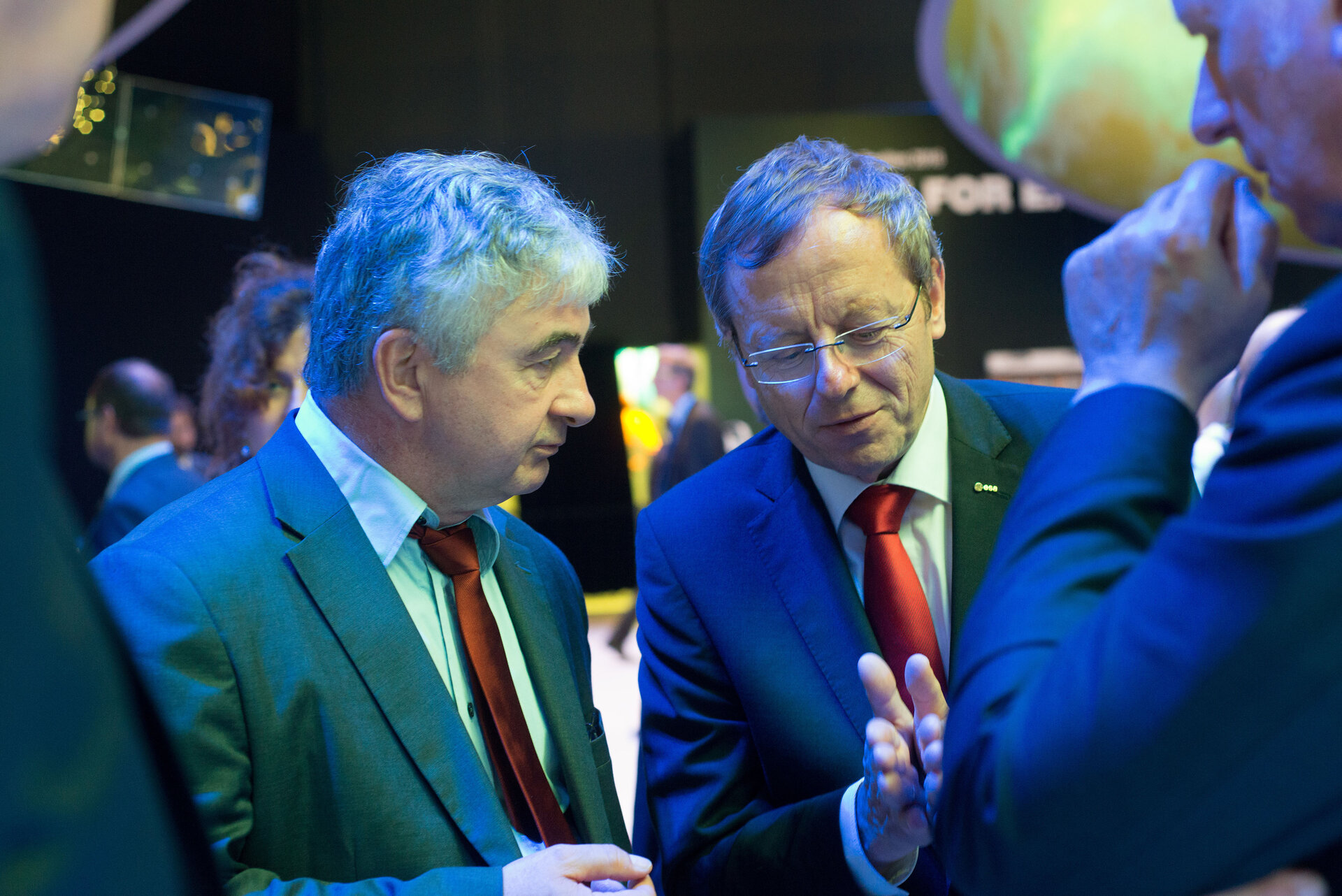Wolfgang Scheremet visits with Jan Wörner the 'Space for Earth' pavilion
