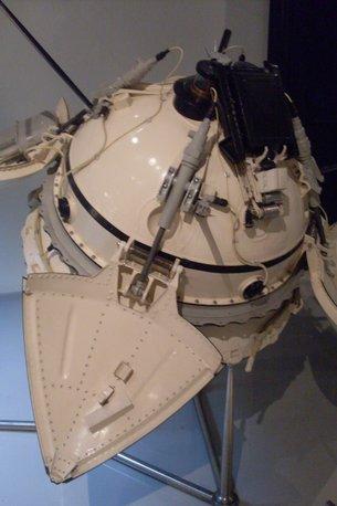 Réplica (1:1) del módulo de descenso de Mars 3 en el Museo Memorial de los Cosmonautas en Moscú, Rusia. Obra personal de Armael [CC0], a través de Wikimedia Commons
