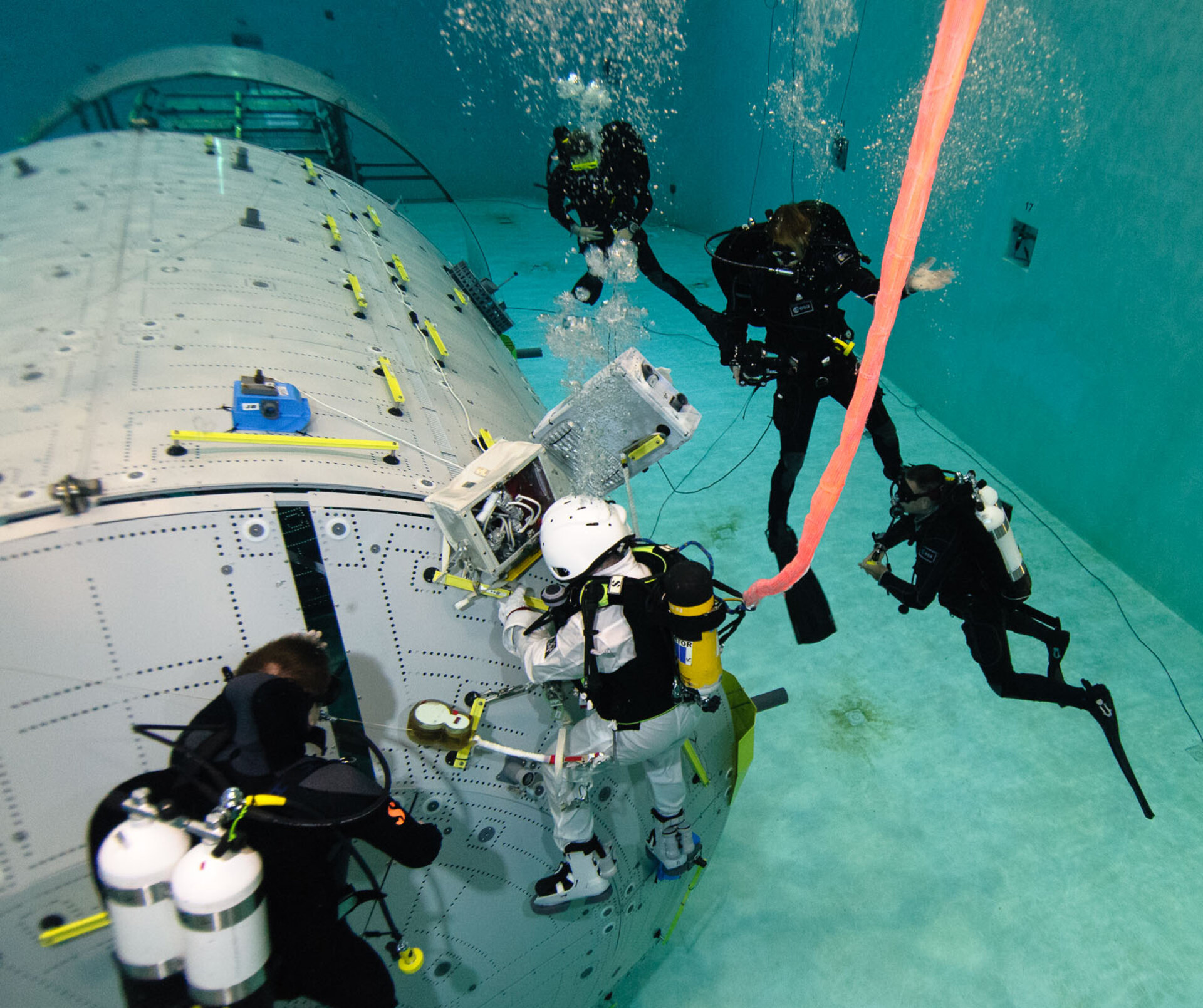 Die Neutral Buoyancy Facility im EAC
