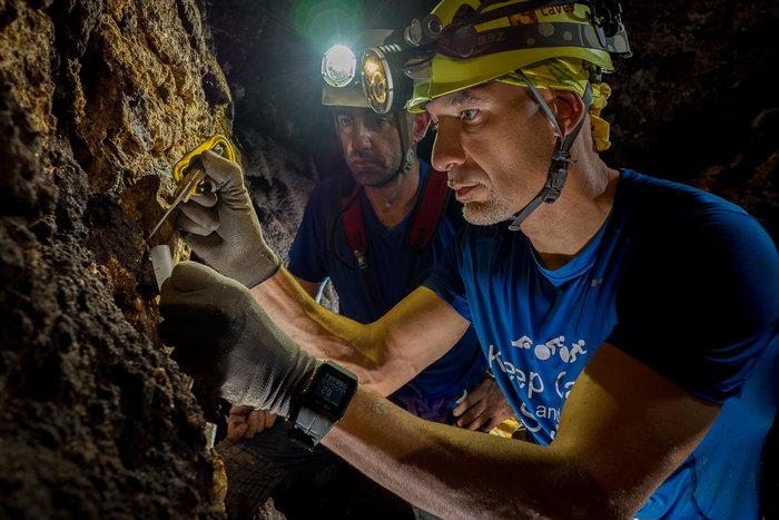 Astronauta Luca Parmitano (ESA) coletando amostras durante treinamento em caverna na Sicília, Itália.