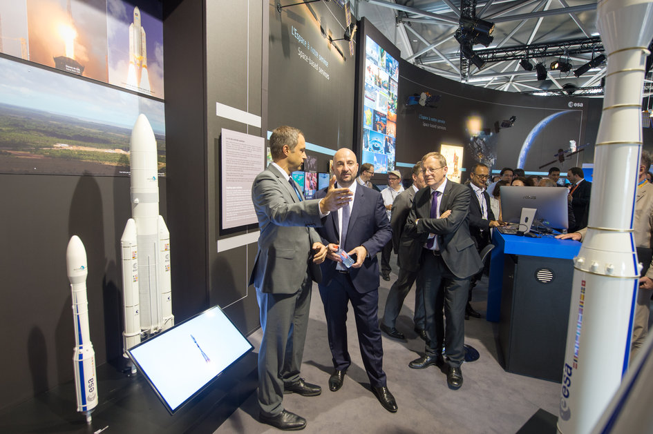 Daniel Neuenschwander and Jan Woerner present to Etienne Schneider the ESA Pavilion