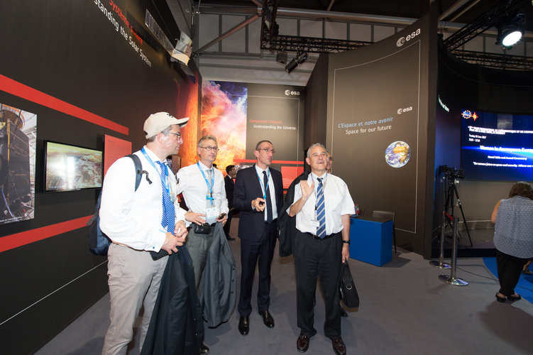 Frédéric Nordlund presents to François Rivasseau the ESA Pavilion