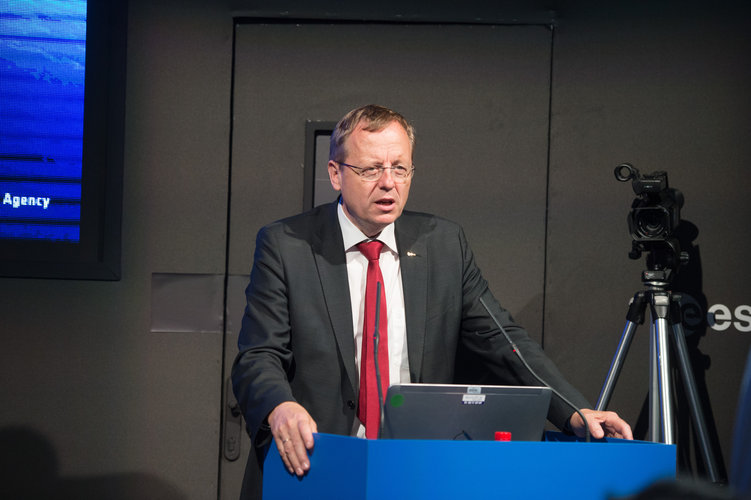 Jan Woerner during the discussion on  Govsatcom and 5G at the ESA pavilion